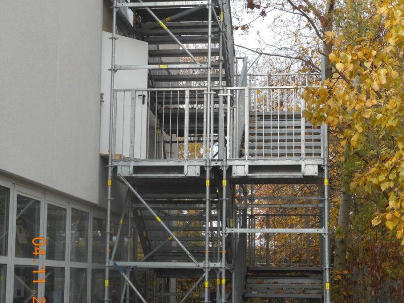Separate Treppentürme sind als Fluchtweg bei Umfangreichen Arbeiten und für Gerüste mit einer Standhöhe von mehr als 10,00m vorgeschrieben, können aber gleichzeitig als Materialtransportweg genutzt werden, was die tägliche Arbeit aller Gewerke erheblich erleichtert.