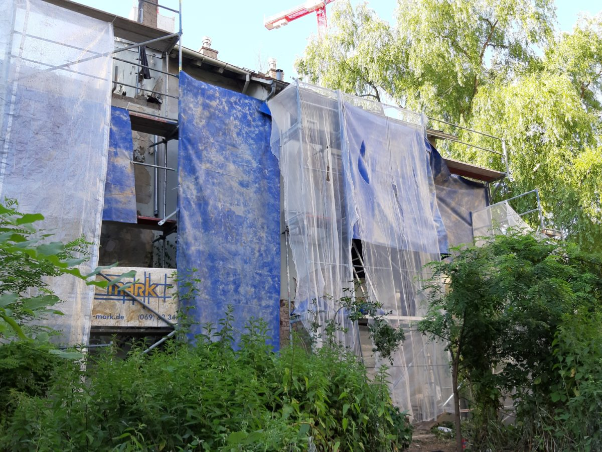 Gerüst in Offenbach in der Berliner Straße für Außenaufnahmen im Juni 2019 aufgebaut